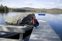 ボートに乗ろうとしている青年 11002028122| 写真素材・ストックフォト・画像・イラスト素材|アマナイメージズ