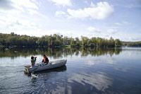 ボートに乗るカップル 11002028123| 写真素材・ストックフォト・画像・イラスト素材|アマナイメージズ