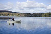 ボートに乗るカップルと湖