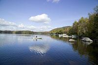 ボートに乗るカップルと湖 11002028127| 写真素材・ストックフォト・画像・イラスト素材|アマナイメージズ