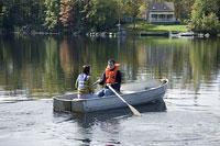 ボートに乗るカップル 11002028128| 写真素材・ストックフォト・画像・イラスト素材|アマナイメージズ