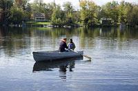 ボートに乗るカップル 11002028129| 写真素材・ストックフォト・画像・イラスト素材|アマナイメージズ