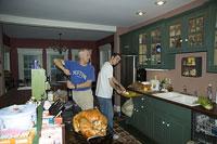 七面鳥を調理する男性たち 11002028138| 写真素材・ストックフォト・画像・イラスト素材|アマナイメージズ