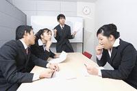 会議をする会社員