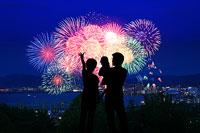 花火を見る家族のシルエット