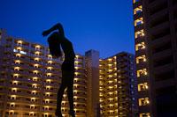 マンションをバックに立つ女性のシルエット 11002029399| 写真素材・ストックフォト・画像・イラスト素材|アマナイメージズ