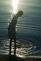 琵琶湖に足をつける女性のシルエット