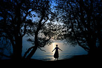 琵琶湖と木々と女性のシルエット