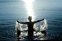 水面へ出る女性のシルエット