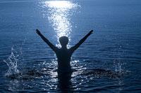 琵琶湖に入る女性のシルエット 11002029417| 写真素材・ストックフォト・画像・イラスト素材|アマナイメージズ