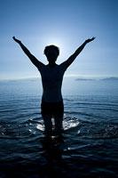 琵琶湖に入る女性のシルエット