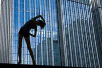 ストレッチをする女性のシルエット 11002029430| 写真素材・ストックフォト・画像・イラスト素材|アマナイメージズ