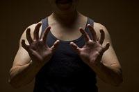 両手を広げる男性