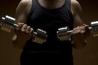 ダンベルを両手で持ち上げる男性 11002048943| 写真素材・ストックフォト・画像・イラスト素材|アマナイメージズ