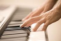 電子オルガンを弾く男性の手 11002048952| 写真素材・ストックフォト・画像・イラスト素材|アマナイメージズ