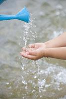 水遊びをする子供の手