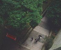 階段を上る人々