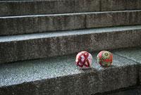 石階段の上に置かれた手鞠