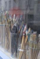 パリの街角で売られる絵筆