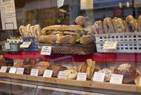 パリのショーウィンドーの中のパン