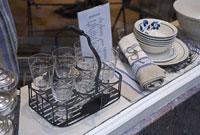パリのショーウィンドーに飾られた食器