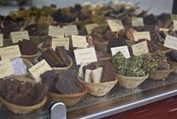 パリのショーウィンドーの中のチョコレート 11002053409| 写真素材・ストックフォト・画像・イラスト素材|アマナイメージズ