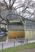 パリのメトロの入り口 11002053413| 写真素材・ストックフォト・画像・イラスト素材|アマナイメージズ