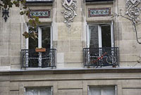 パリのアパルトマンの窓 11002053417| 写真素材・ストックフォト・画像・イラスト素材|アマナイメージズ