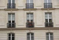 パリのアパルトマンの窓 11002053418| 写真素材・ストックフォト・画像・イラスト素材|アマナイメージズ