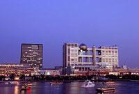 アクアシティお台場とフジテレビ本社ビルの夜景