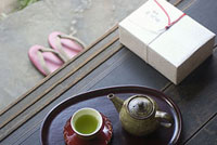 縁側にある贈り物と茶