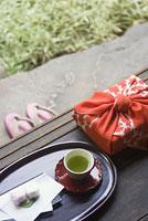 縁側にある風呂敷包みと茶