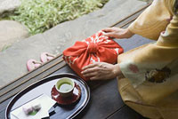着物姿の女性と縁側にある贈り物と茶