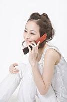 携帯電話で話す女性 11002053737| 写真素材・ストックフォト・画像・イラスト素材|アマナイメージズ