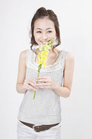 花を持つ女性 11002053741| 写真素材・ストックフォト・画像・イラスト素材|アマナイメージズ