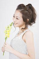 花を持つ女性 11002053742| 写真素材・ストックフォト・画像・イラスト素材|アマナイメージズ