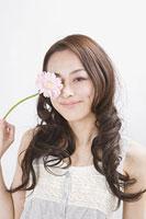 花を持つ女性 11002053757| 写真素材・ストックフォト・画像・イラスト素材|アマナイメージズ