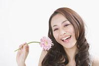 花を持つ女性 11002053758| 写真素材・ストックフォト・画像・イラスト素材|アマナイメージズ