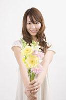 花束を持つ女性 11002053796| 写真素材・ストックフォト・画像・イラスト素材|アマナイメージズ