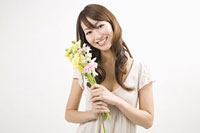 花束を持つ女性 11002053797| 写真素材・ストックフォト・画像・イラスト素材|アマナイメージズ