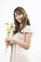 花束を持つ女性 11002053798| 写真素材・ストックフォト・画像・イラスト素材|アマナイメージズ