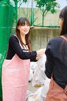 ゴミ捨て場で挨拶を交わす二人の女性 11002053820| 写真素材・ストックフォト・画像・イラスト素材|アマナイメージズ