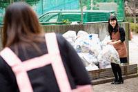 ゴミ捨て場で挨拶を交わす二人の女性 11002053821| 写真素材・ストックフォト・画像・イラスト素材|アマナイメージズ