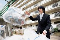 ゴミを捨てる若いビジネスマン 11002053822| 写真素材・ストックフォト・画像・イラスト素材|アマナイメージズ