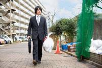 ゴミ袋を持って歩く若いビジネスマン 11002053823| 写真素材・ストックフォト・画像・イラスト素材|アマナイメージズ