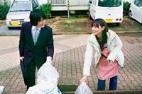 ゴミ捨て場で挨拶を交わす若いビジネスマンと女性 11002053825| 写真素材・ストックフォト・画像・イラスト素材|アマナイメージズ