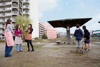 団地内の公園で世間話をする三人の女性と男の子 11002053828| 写真素材・ストックフォト・画像・イラスト素材|アマナイメージズ
