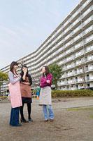 団地内の公園で世間話をする三人の女性 11002053829| 写真素材・ストックフォト・画像・イラスト素材|アマナイメージズ