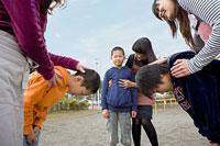 互いに頭を下げる男の子とその母親たち 11002053831| 写真素材・ストックフォト・画像・イラスト素材|アマナイメージズ