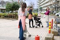 互いに挨拶を交わす三人の女性 11002053833| 写真素材・ストックフォト・画像・イラスト素材|アマナイメージズ